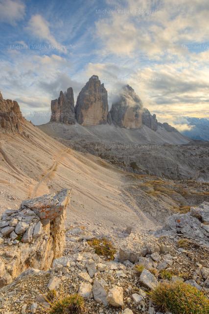 Drei Zinnen in Südtirol | Blick zu den Drei Zinnen am frühen Abend, kurz bevor die Sonne hinter den Wolken verschwindet.