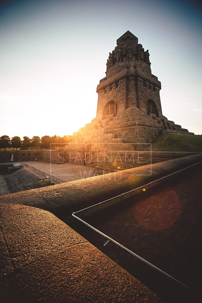 Völkerschlachtdenkmal Stein | Wenn die Morgen hinter diesem historischen Monument aufgeht, so entsteht ein gigantischer Anblick des Völkerschlachtdenkmals bei Leipzig.