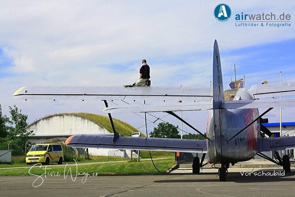 Flughafen Husum, Service-Team, Antonow AN-2 | Flughafen Husum, Service-Team, Antonow AN-2 • max. 4272 x 2848 pix