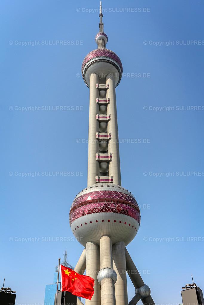 Der Oriental Pearl Tower in Shanghai   Der futuristische Oriental Pearl Tower oder auch Perle des Ostens im Stadtteil Pudong in Shanghai ist einer der höchsten Fernsehtürme der Welt und durch seine besondere Optik in der Skyline der Stadt das markanteste Wahrzeichen Shanghais.