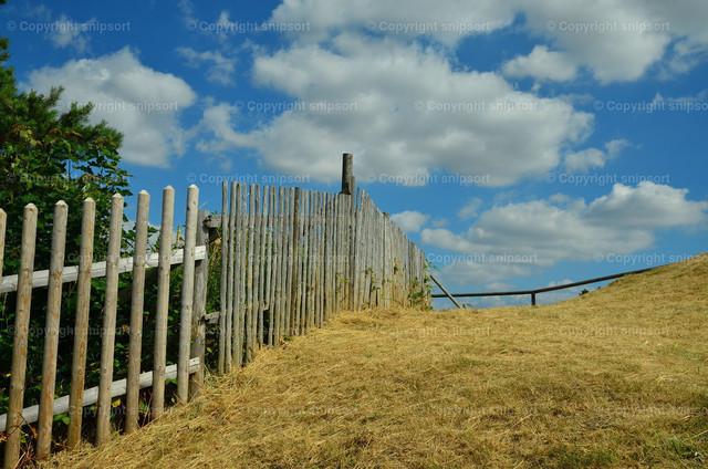 Lattenzaun | Ein Holzzaun in der ländlichen Gegend.