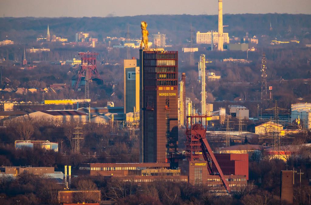 JT-190225-020 | Blick über Gelsenkirchen, Nordsternpark, Gelände der ehemaligen Zeche Nordstern,  Fördergerüst, Herkules Statue, Monumentalstatue, die von Markus Lüpertz geschaffen wurde,