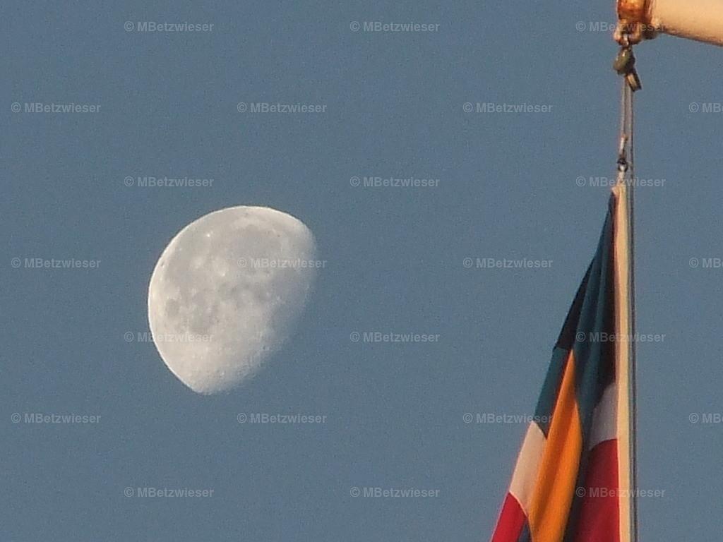 008-008 | Schiffsflagge und Mond