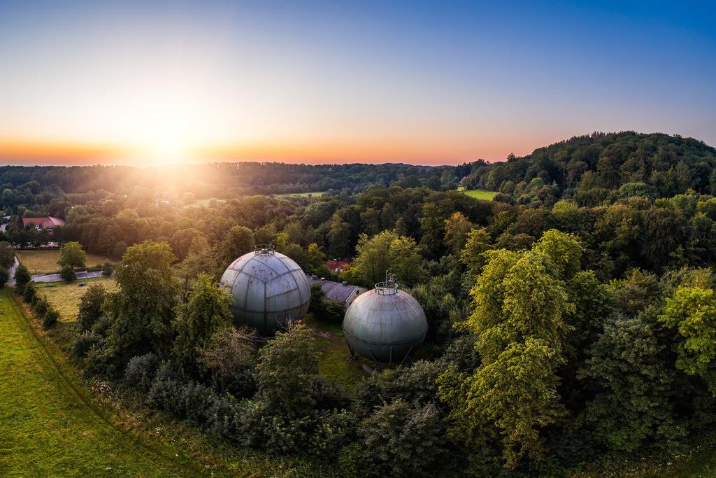 Kugelgasbehälter in Gadderbaum | Sonnenaufgang über den stillgelegten Kugelgasbehältern in Bielefeld-Gadderbaum im Teutoburger Wald.