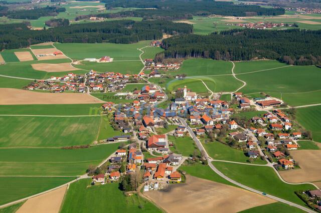 luftbild-nussdorf-chiemgau-bruno-kapeller-108 | Luftaufnahme von Nußdorf im Chiemgau, Frühling 2014. Das Dorf befindet sich ca.5 km vom Chiemsee entfernt, Landkreis Traunstein.