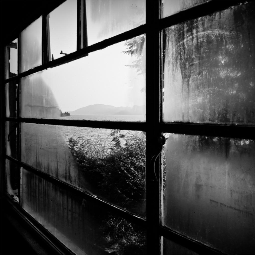 Lochness Hostel Window | Blick auf Loch Ness durch das beschlagene Fenster des Hostels früh morgens.