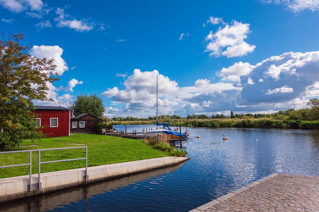 Kanal und Bootshaus an der Warnow in der Hansestadt Rostock | Kanal und Bootshaus an der Warnow in der Hansestadt Rostock.