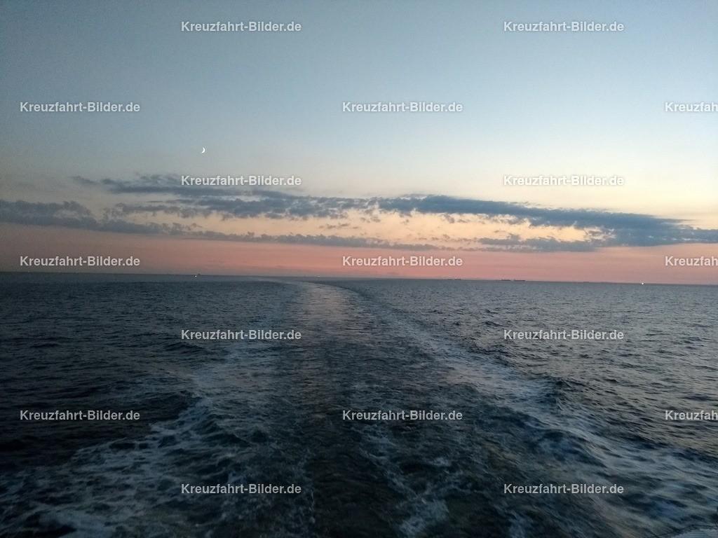 Fahrspur der Koningsdam II | Fahrspur der Koningsdam in Abendstimmung, aufgenommen auf dem Mittelmeer.