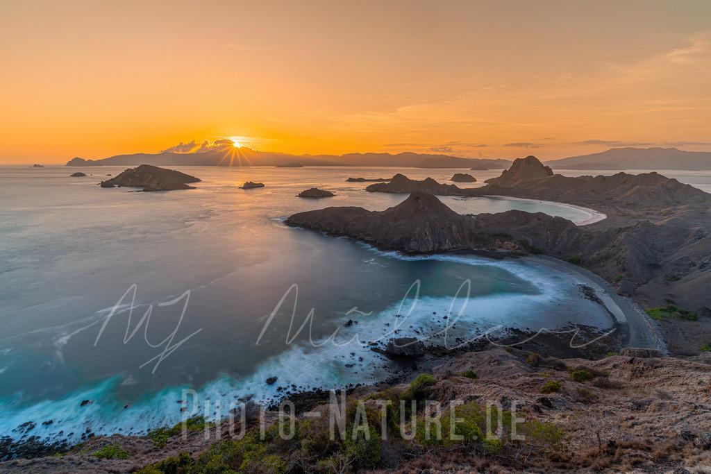 Prächtiger Sonnenuntergang in Indonesien   Ein wahrhaft mystischer Sonnenuntergang mit Blick auf zwei Buchten.