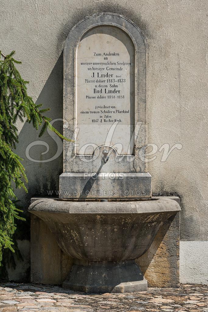 Linder-Brunnen, Ziefen (BL) | Der Linder-Brunnen ist fest am Kirchturm angebaut, Ziefen im Kanton Baselland.