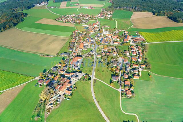 luftbild-nussdorf-chiemgau-bruno-kapeller-92 | Luftaufnahme von Nußdorf im Chiemgau, Herbst 2019. Das Dorf befindet sich ca.5 km vom Chiemsee entfernt, Landkreis Traunstein.