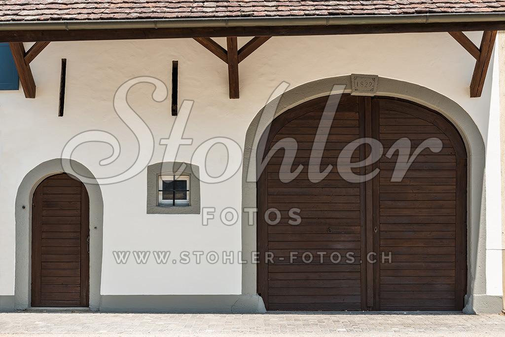Stall- und Scheunentor, Ziefen (BL) | Ehemaliges Stall- und Scheunentor (1829) im Unterdorf, Ziefen im Kanton Baselland.