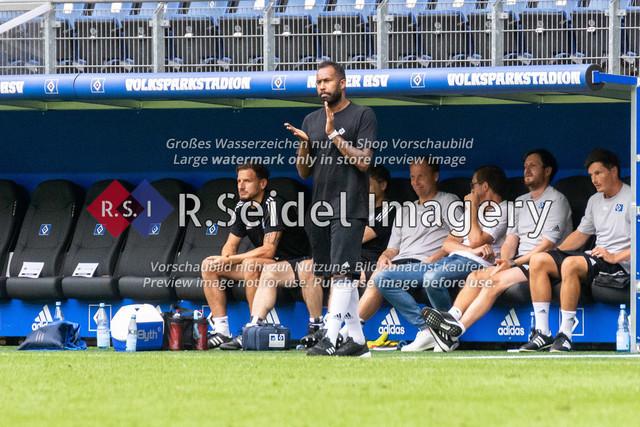 1:0 Treffer kurz vor Schluss von Stephan Ambrosius (#35 HSV) | Daniel Thioune (HSV Cheftrainer) applaudiert zum 1:0 Treffer kurz vor Schluss von Stephan Ambrosius (#35 HSV)