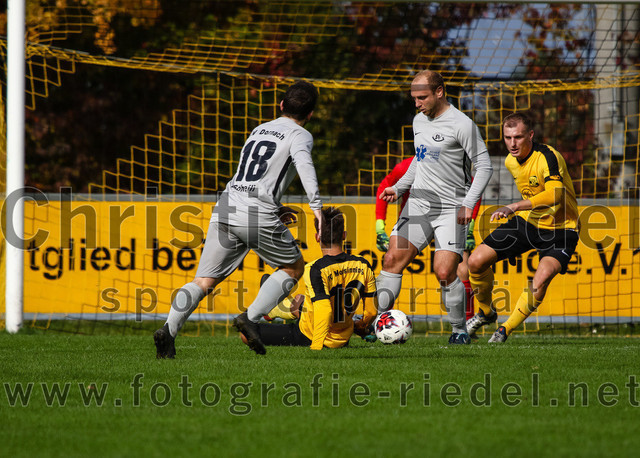 2019-10-19_092_FC_Moosinning_gegen_SV_Dornach | Moosinning, Deutschland, 19.10.2019: Fußball, Bezirksliga Nord 2019 / 2020, 15. Spieltag, FC Moosinning gegen SV Dornach, Endergebnis: 4:1  Noah Soheili (SV Dornach, #18), David Diranko (FC Moosinning, #10), Robert Rakaric (SV Dornach, #27), Johannes Volkmar (FC Moosinning, #3)  Foto: Christian Riedel / fotografie-riedel.net