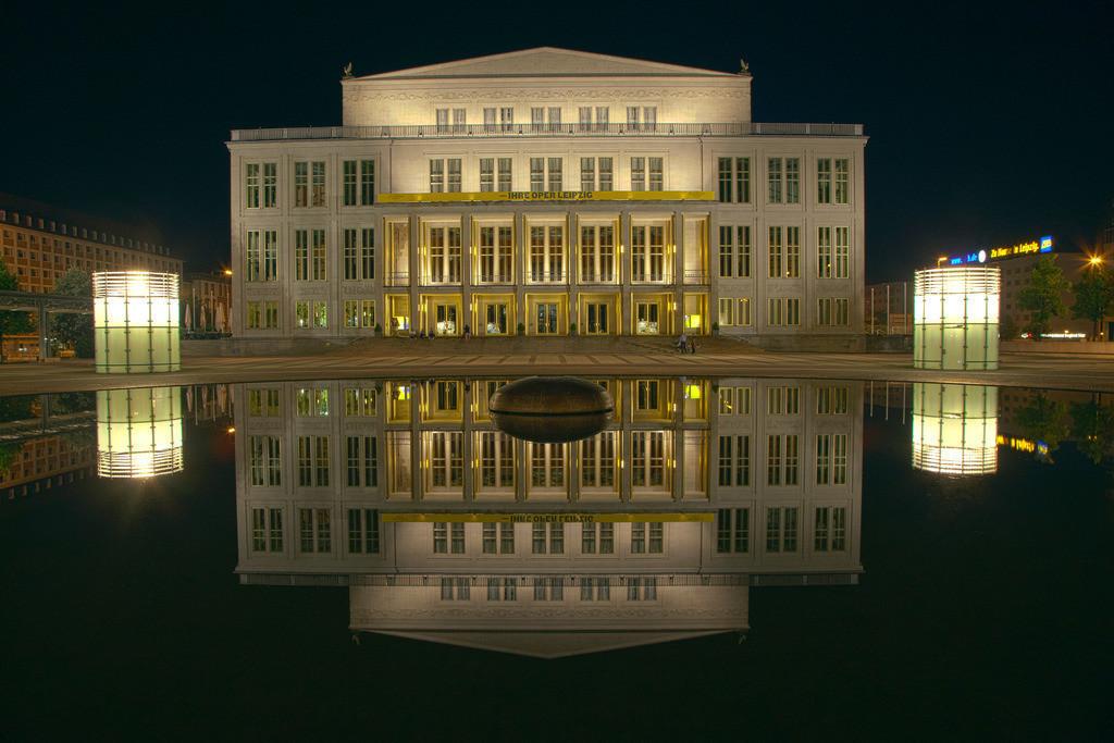 20110802_7606a | Oper Leipzig, Nacht, Leipzig, Augustusplatz, Spiegelung, Brunnen, 1960, Deutschland