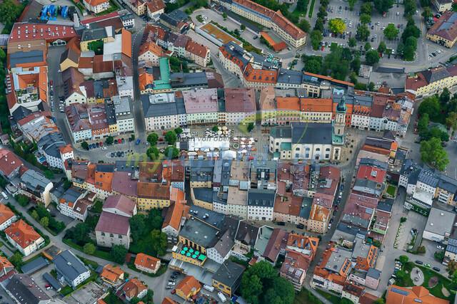 luftbild-traunstein-stadt-maxplatz-bruno-kapeller-03 | Luftaufnahme vom Stadtplatz in Traunstein, historische Altstadt, Sommer 2019.