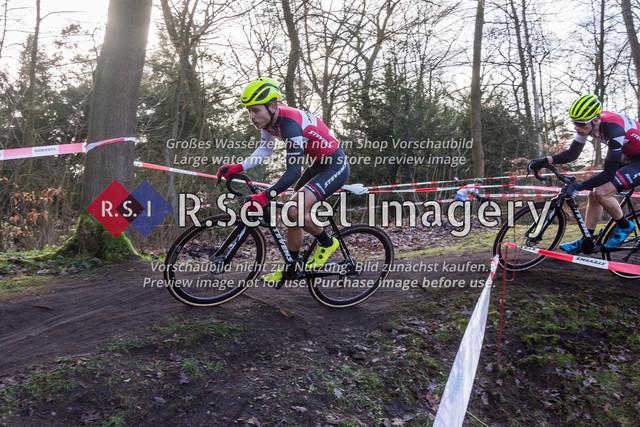 Radsport, Stevens Cyclocross Cup 2019, 10. Lauf (RSG Nordheide), Rennen 9 (Elite Herren + U23, Masters 2 / Elite Ü40 und Junioren U19), Buchholz i.d.N., 19.01.2020 | Jannick Geisler (Harburger RG, #2, Elite), Max Lindenau (RV Germania Hamburg, #1, Elite)