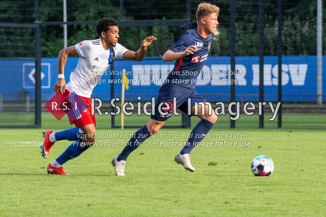 Fußball, Herren, Testspiel, Hamburger SV - FC Midtjylland, HSV-Trainingsplatz am Volksparkstadion, 20.08.2020 | Xavier Amaechi (#17, HSV), Victor Torp (#39, Midtjylland)