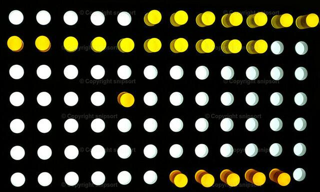 Rasterhintergrund | Weiße und gelbe Punke über schwarzem Hintergrund