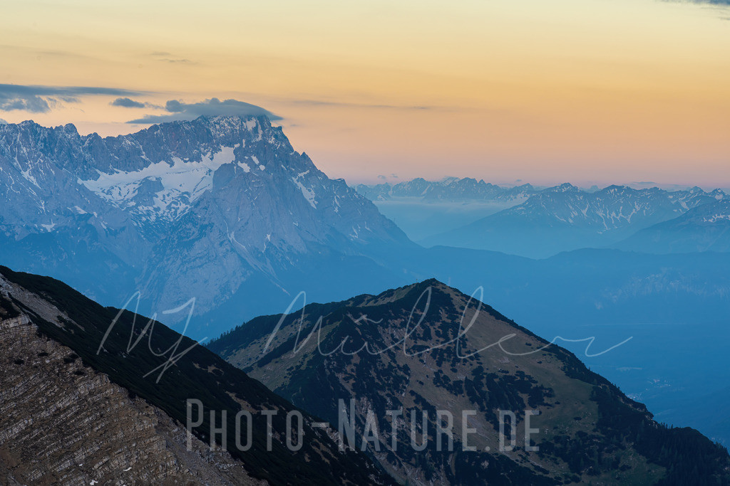 Die Zugspitze im Morgengrauen   Ein neuer Tag beginnt im Wettersteingebirge