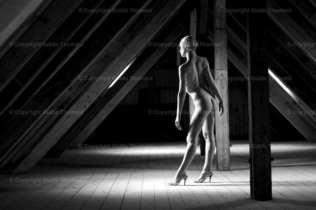 Dachboden  | Schwarzweiß Aktfoto on Lokation