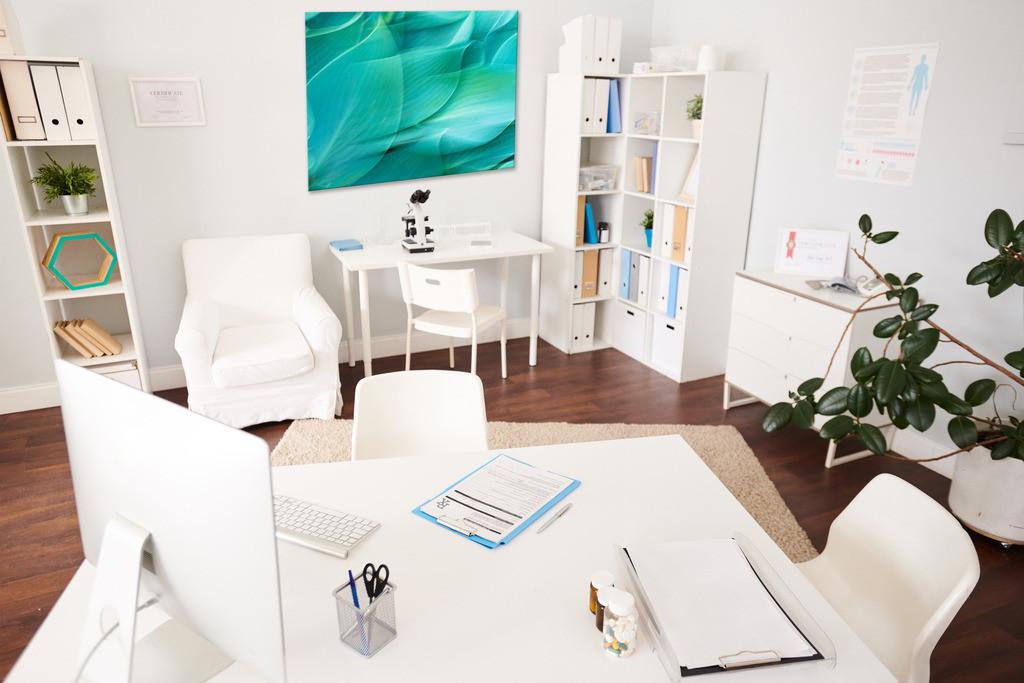 Abstraktes Blattmotiv für ein Sprechzimmer in einer Arztpraxis | Anwendungsbeispiel für ein Arztzimmer. Sie finden dieses Motiv in der Galerie Farben und Formen - Farbstimmungen