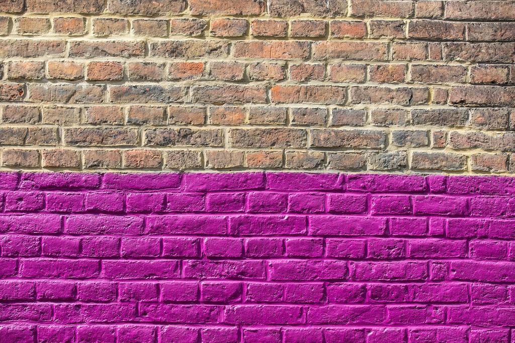 JT-170520-530 | Mauer, Ziegelsteine, halb  lila, violett angestrichen,