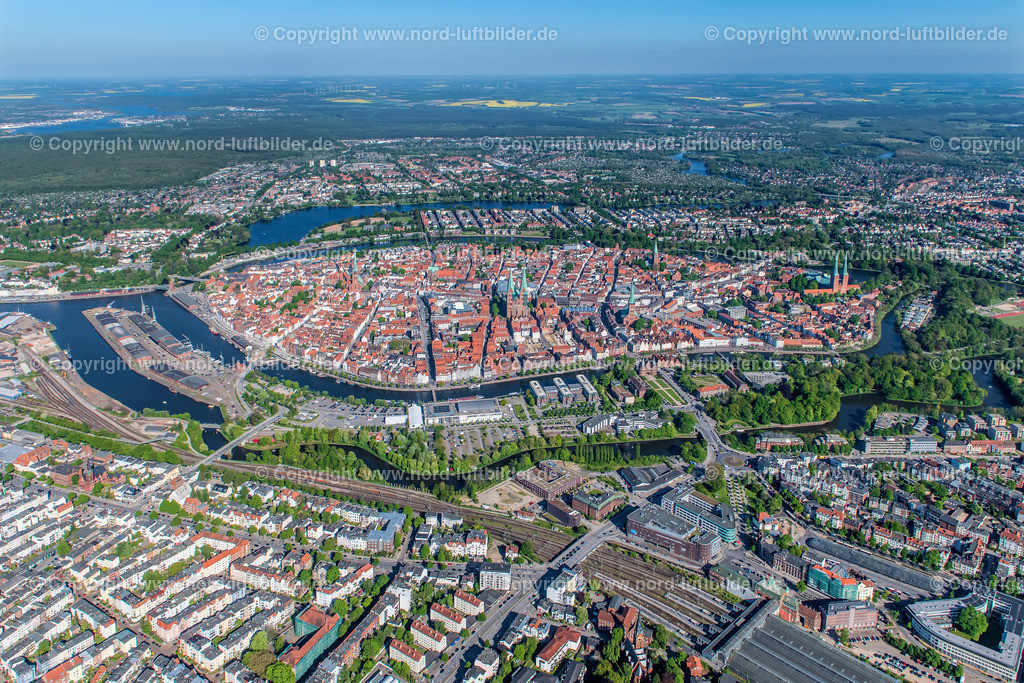 Lübeck Altstadt_ELS_3621070518a | Lübeck - Aufnahmedatum: 07.05.2018, Aufnahmehöhe: 546 m, Koordinaten: N53°52.225' - E10°39.610', Bildgröße: 7958 x  5305 Pixel - Copyright 2018 by Martin Elsen, Kontakt: Tel.: +49 157 74581206, E-Mail: info@schoenes-foto.de  Schlagwörter:Schleswig-Holstein,Luftbild, Luftbilder, Deutschland