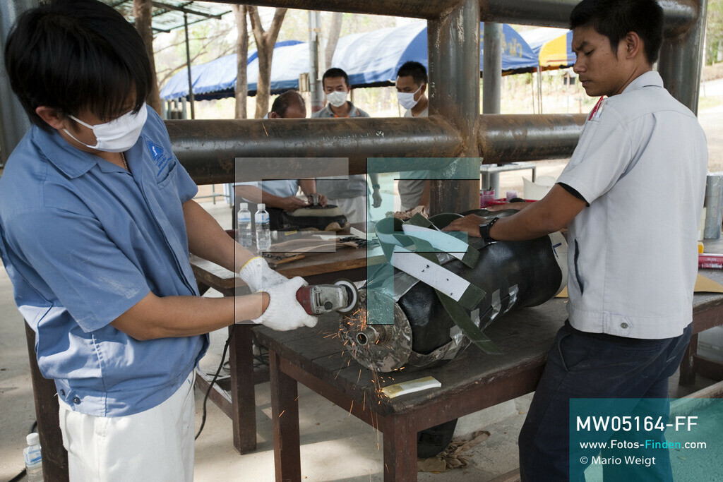 MW05164-FF | Thailand | Lampang | Reportage: Krankenhaus für Elefanten | Angestellte von Prostheses Foundation arbeiten an der neuen Beinprothese für die Elefantenkuh Motala.    ** Feindaten bitte anfragen bei Mario Weigt Photography, info@asia-stories.com **