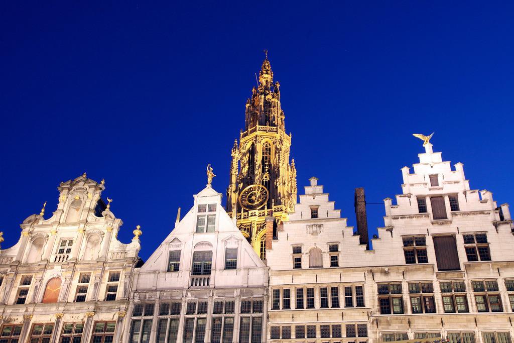 Antwerpen, Flandern, Belgien, Europa. | Gildehaeuser, Giebelhaeuser, kunstvolle Fassaden, mit goldenen Figuren auf den Spitzgiebeln, Grote Markt Kathedrale, in der Altstadt. Antwerpen, Flandern, Belgien, Europa.