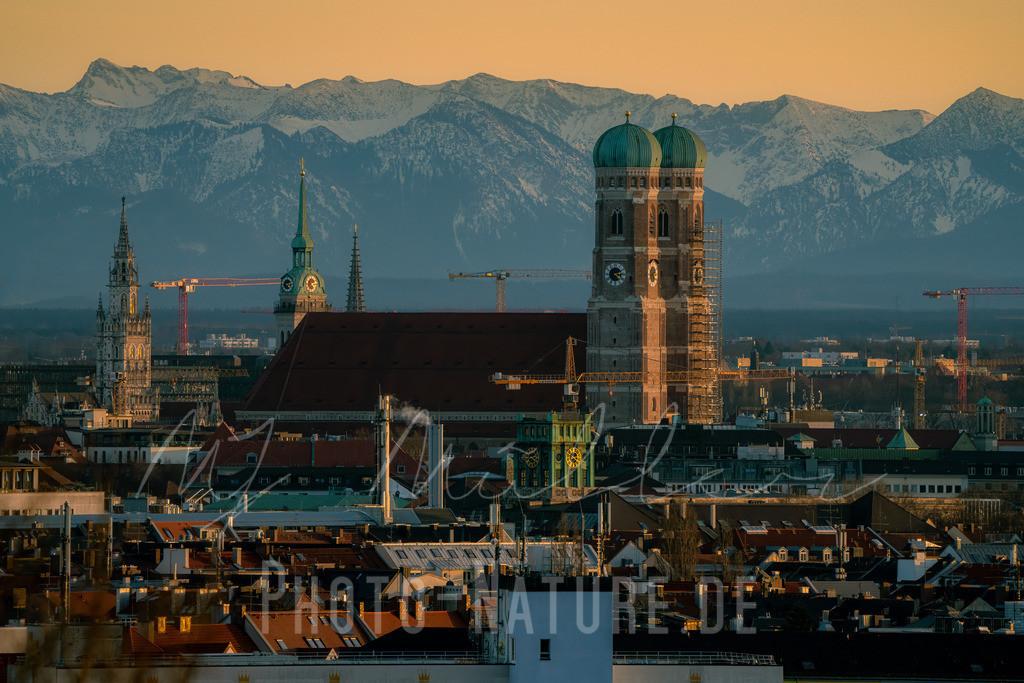 Blick auf München zur goldenen Stunde | Die Stadt mit dem Alpenpanorama