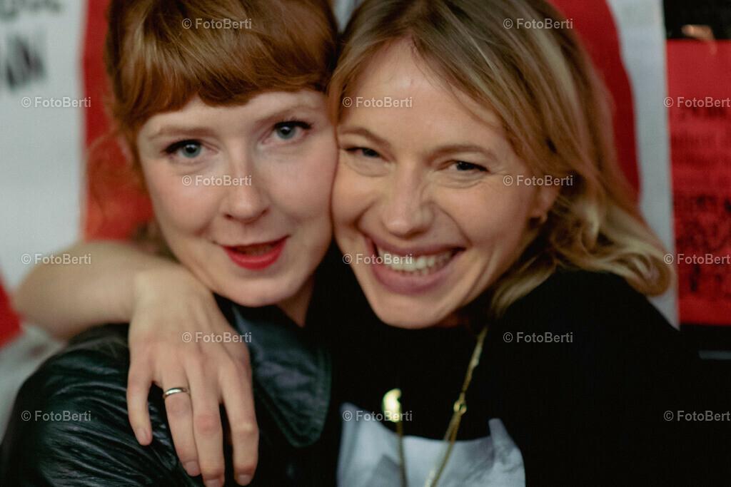 Nö-Premiere   Anna Brüggemann und Freundin