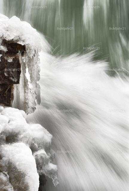 Wasserfall mit Eis in Detailansicht | Detailansicht von fließenden Wasser eines gewaltigen Wasserfalls im Winter, Eiszapfen an den Felsen neben der Kaskade, Langzeitbelichtung, Fließstruktur - Location: Island, Golden circle, Gullfoss