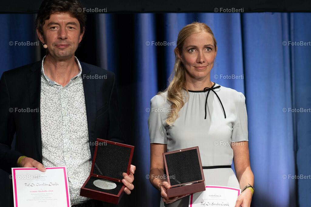 Verleihung der Urania-Medaillie   Preisträger_ Virolog:innen-Duo Prof. Dr. Christian Drosten und Prof. Dr. Sandra Ciesek und