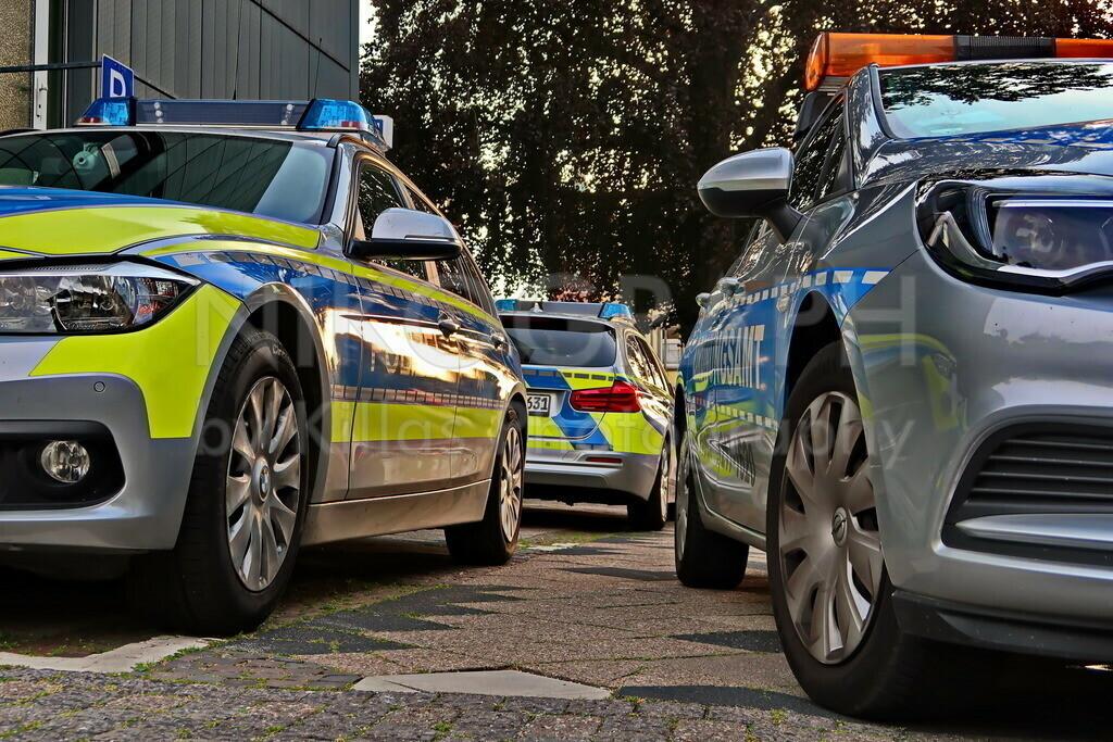 Polizei und Ordnungsamt   Polizeiautos und ein Dienstfahrzeug des Ordnungsamtes in Iserlohn.