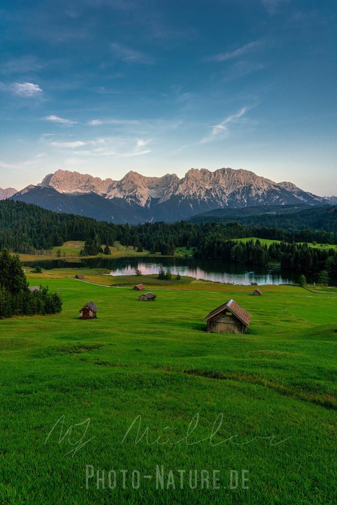 Abendstimmung im Karwendel | Das prächtige Karwendelmassiv wird in ein sanftes Abendlicht gehüllt und reflektiert sich im schönen Geroldsee.