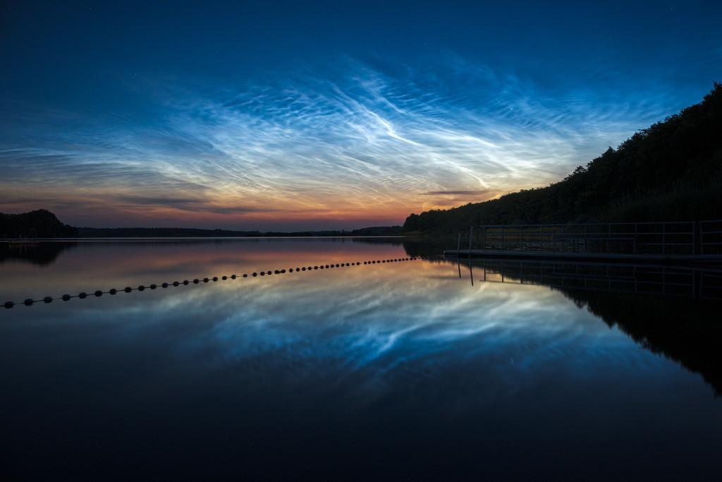Cold Flare | Nachtleuchtende Wolken am nördlichen Sommerhimmel über dem Westensee.
