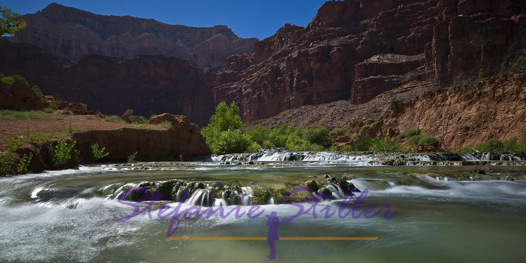 Little Navajoy Falls im Sonnenlicht | Sanft fällt der Havasu Creek über die Stufen der Little Navajo Falls