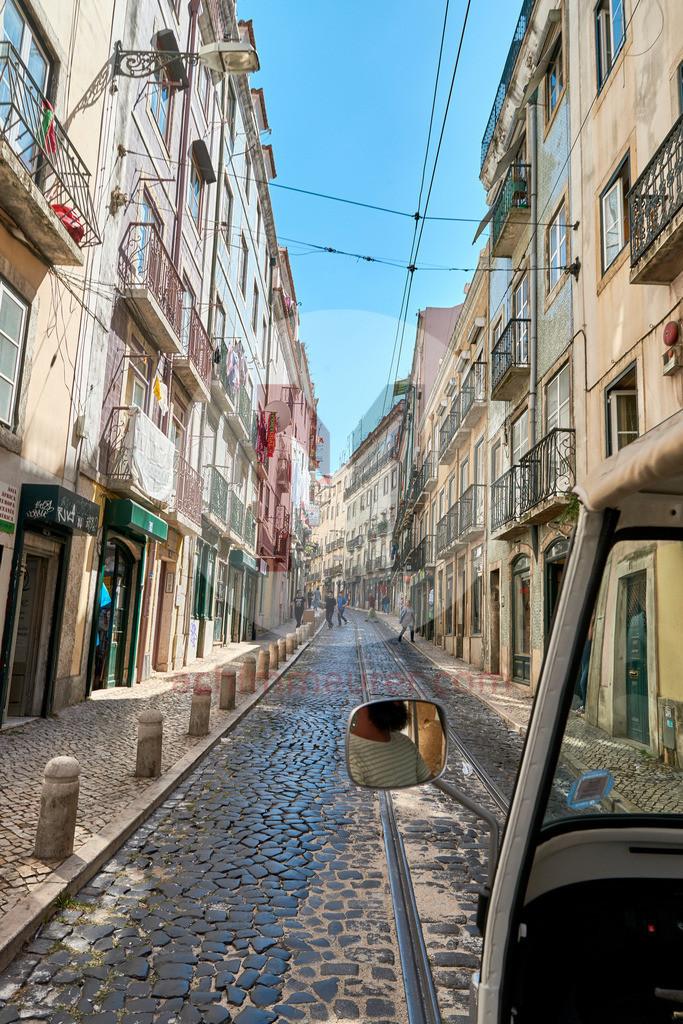 Tuk-Tuk Tour durch die schmalen Gassen von Alfama in Lissabon