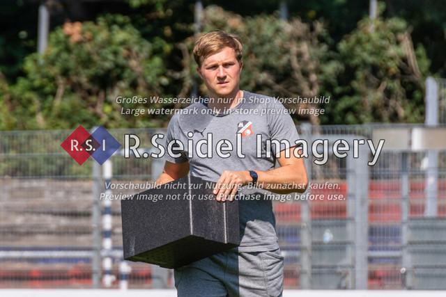 Halbzeitpause   Philipp Körner  (AFC, Co-Trainer)