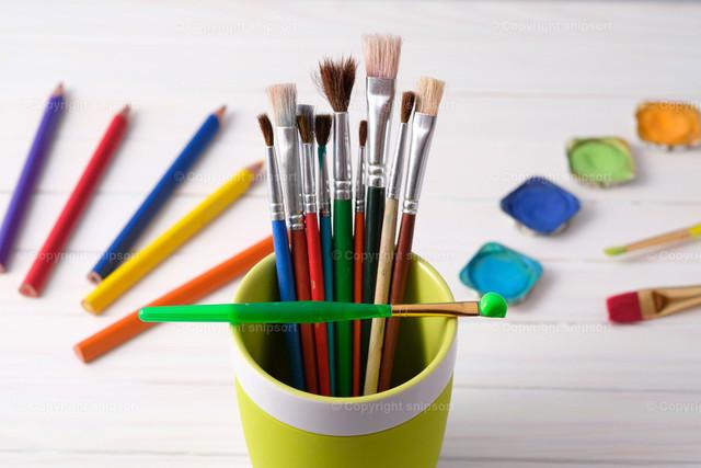 Pinsel und Farben | Konzept der kreativen Malwerkzeuge.