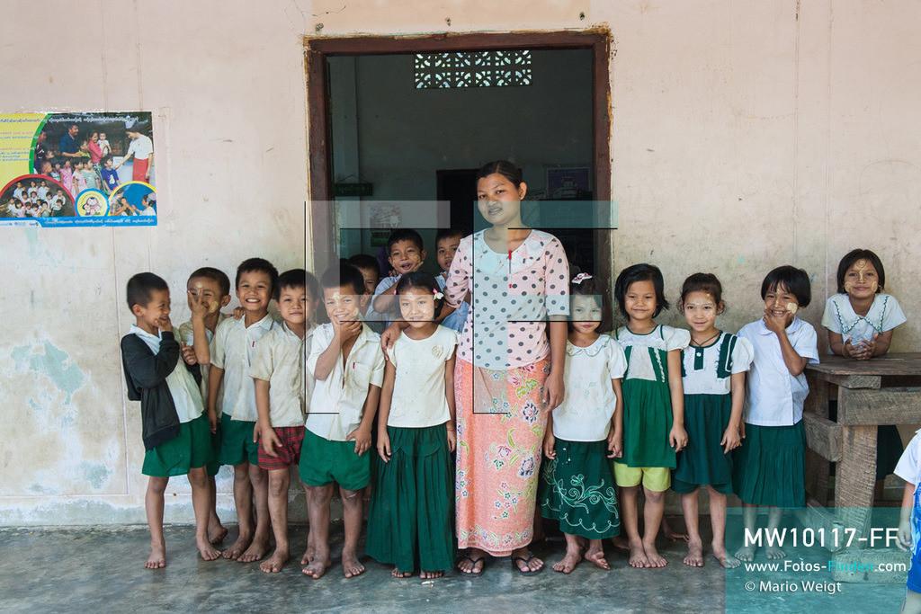 MW10117-FF | Myanmar | Hpa-an | Reportage: Zin mag Thanaka-Paste | Klassenfoto - Zin mit ihrer Lehrerin und den Klassenkameraden. Die 7-jährige Nwe Zin Aye lebt im Dorf La Ka Nha nahe der Stadt Hpa-an. Sie bemalt gern ihr Gesicht mit Thanaka-Paste. Nach der burmesischen Tradtition tragen fast alle Mädchen und Frauen diese Art von Schminke.   ** Feindaten bitte anfragen bei Mario Weigt Photography, info@asia-stories.com **