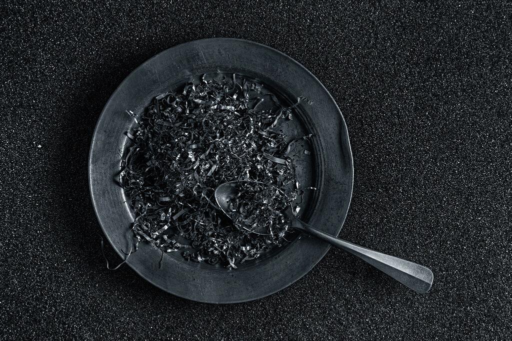 Aluminium Spaghetti | Aluminiumspäne auf einem Aluminimteller.