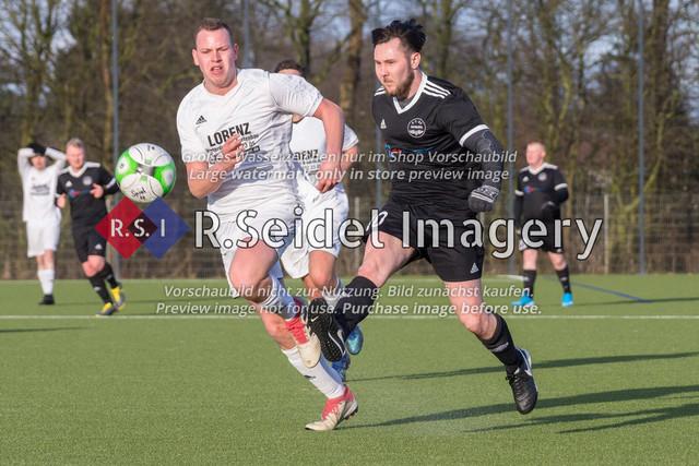 Fußball, Herren, Kreisliga 3, ETSV Hamburg II - SC Vier- und Marschlande III., Mittlerer Landweg, 01.03.2020 | Bendix Hermann Siemers (#4, SCVM), Dennis Mann (#10, ETSV)