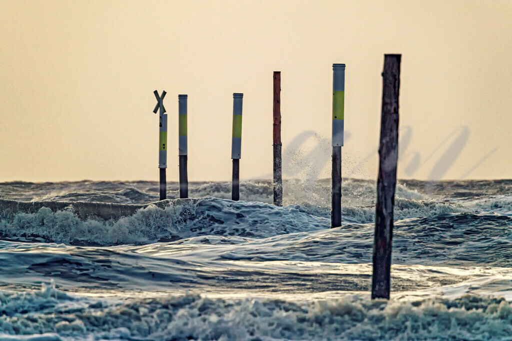 Aufgebäumte Wellen  | Nordseewellen brechen an den Markierungspfählen