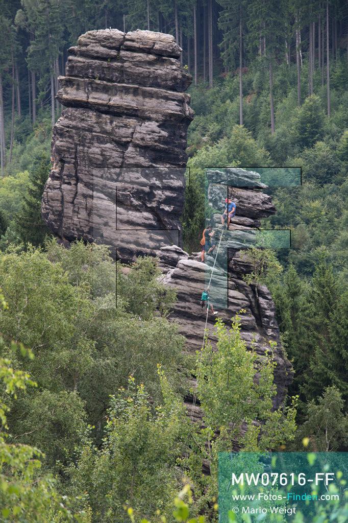MW07616-FF | Deutschland | Sachsen | Sächsische Schweiz | Bergsteiger im Bielatal. Das Tal mit dem Flüsschen Biela ist das beliebteste Klettergebiet des Elbsandsteingebirges mit über 230 Gipfeln und 3.000 Kletterpfaden.  ** Feindaten bitte anfragen bei Mario Weigt Photography, info@asia-stories.com **