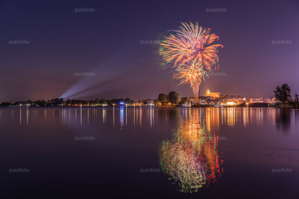 0-180512_2249-4916-19 | --Dateigröße 6540 x 4360 Pixel-- Feuerwerk über der Georgenkirche zur Müritzsail 2018