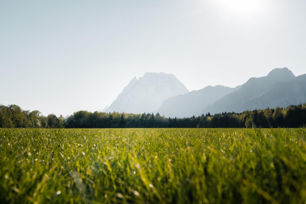 Sunny Mountain | Die Silhouette des Grimmings, dem größten freistehenden Berg Europas. Tatsächlich ein beeindruckender Brocken der hier inmitten der frühlingshaften Felder des Ennstals steht.