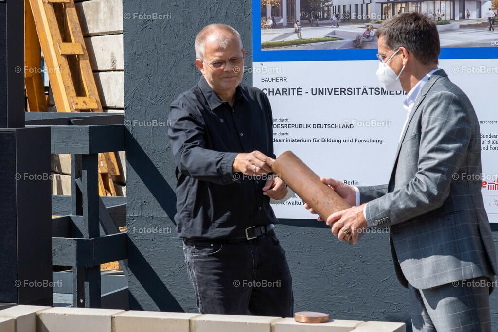 Grundsteinlegung der Forschungsgebäude Si-M & BeCat   Prof. Dr. Andreas Thiel, Initiator Si-M und Sprecher Charité befüllt die Timecapsule