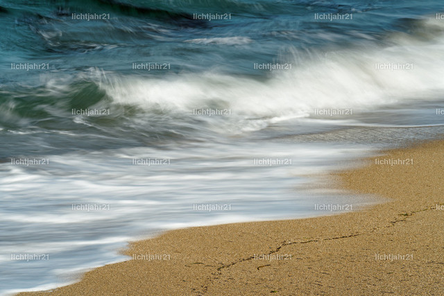 Brandung in Detailansicht | Detailansicht einer Welle, die an einem Sandstrand ausläuft, die blaue Farbe des Himmel spiegelt sich im Wasser, Wasserbewegung in dezenter Langzeitbelichtung - Location: Karibik, Kleine Antillen, Insel Guadeloupe
